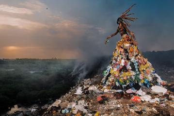Uit H5 Wie dan leeft…? Jah Gal en Fabrice Monteiro hebben milieuproblemen verbeeld met prachtige foto's. Is dit een spontane foto of is hij geënsceneerd?