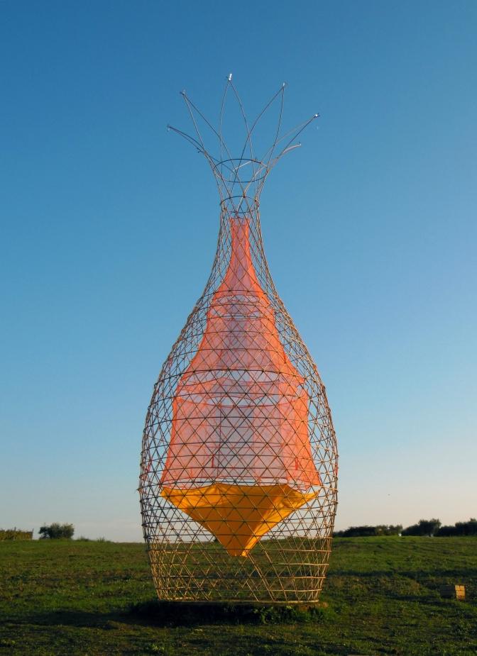 Uit H5 Wie dan leeft…? Arturo Vittori bedacht met zijn team een oplossing voor het waterprobleem: de Warka Water.