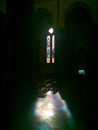 Een kleurrijk glas-in-loodraam van de kathedraal